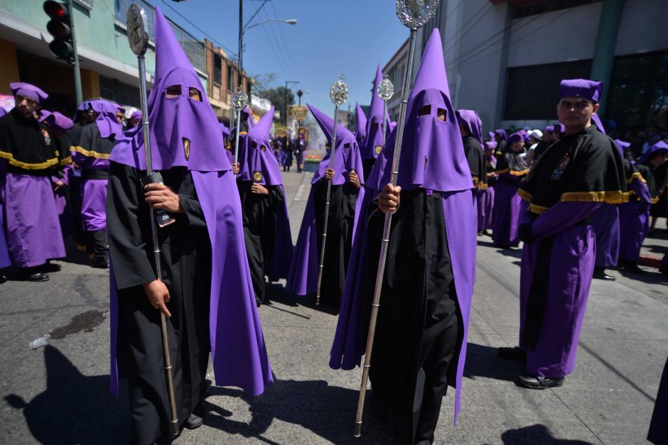 Cucuruchos con el rostro cubierto encabezan la procesión. (Foto: Wilder López/Soy502)