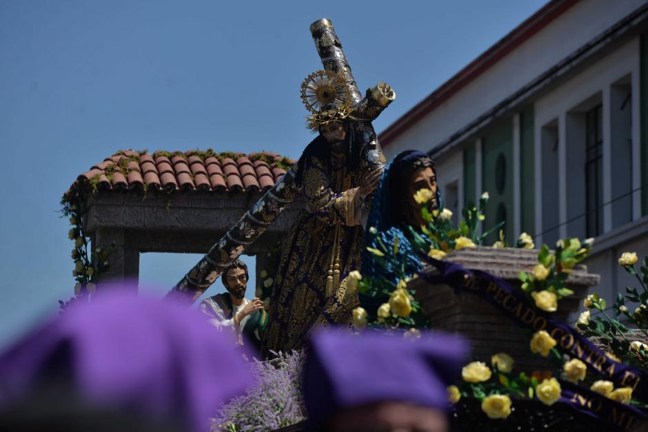 La venerada imagen recorre diversas calles de la zona 1. (Foto: Wilder López/Soy502)