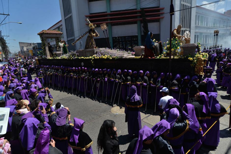 Solemne procesión del Jesús Nazareno de la Merced durante su recorrido frente al Conservatorio Nacional. (Foto: Wilder López/Soy502)