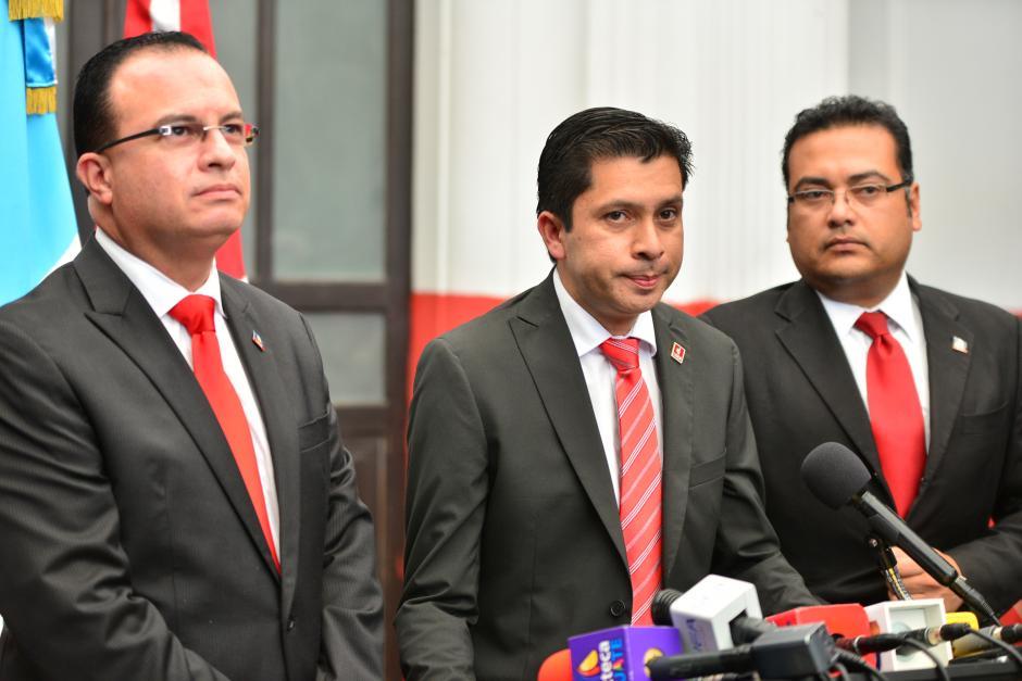 Fridel De León, el vocero del partido Lider, salió acompañado de parte de la dirigencia del partido y aseguró que se mantienen en reunión permanente. (Foto: Wilder López/Soy502)
