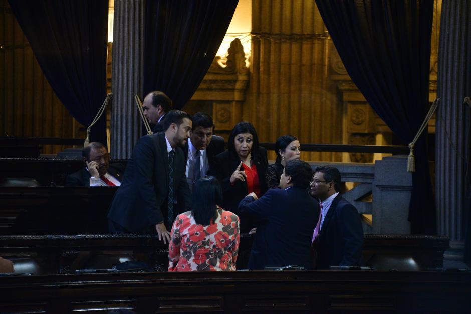 Diputados del Partido Patriota y de Lider dialogan durante la aprobación de la Ley de Contrataciones. (Foto: Wilder López/Soy502)