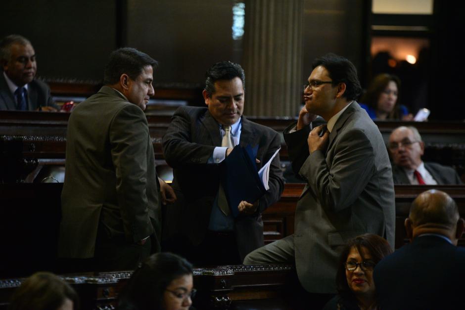 Los diputados (de izquierda a derecha) Juan Pablo Urrea, Edgar Cristiani y Aleksander Castillo bromean un momento durante la larga sesión. (Foto: Wilder López/Soy502)