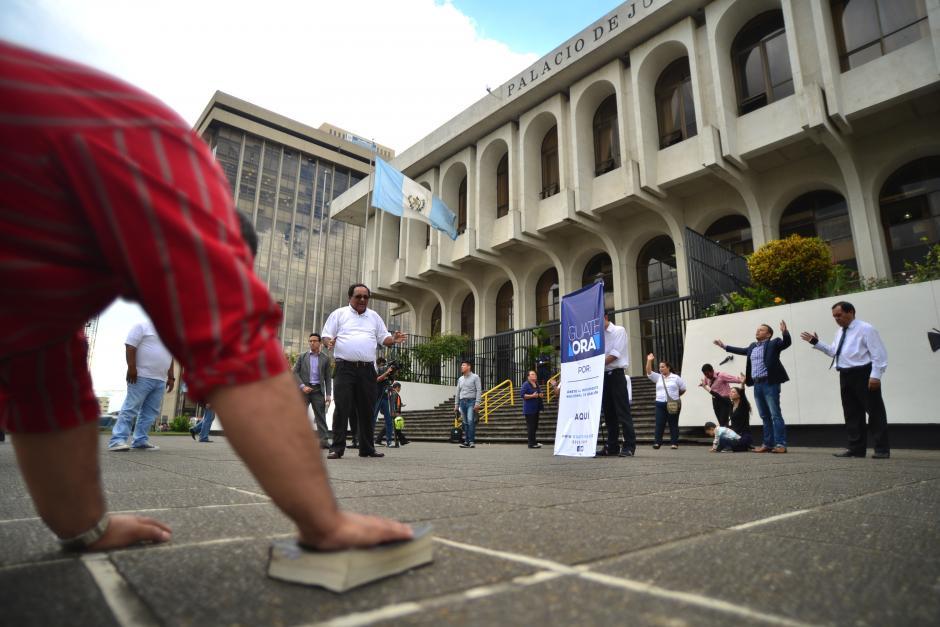 El movimiento Guate Ora llego a la Plaza de los Derechos Humanos de la Corte Suprema de Justicia en donde elevaron oraciones para que el sistema de justicia en Guatemala sea efectivo. (Foto: Wilder López/Soy502)