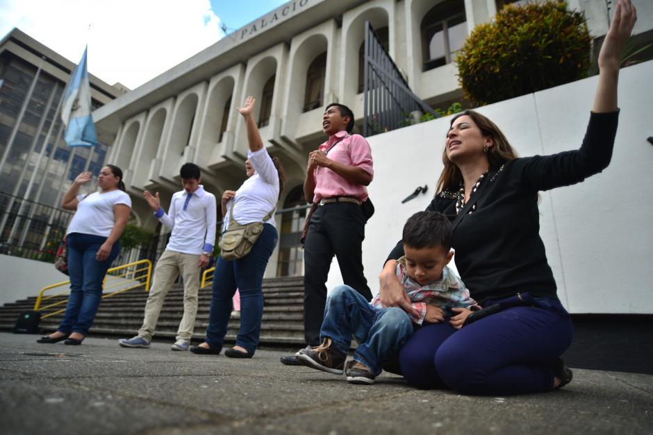 Muchos tomaron un poco de su tiempo para unirse a estas cadenas de oración. (Foto: Wilder López/Soy502)