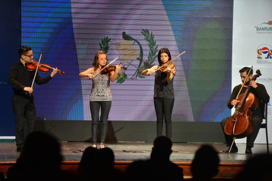 El Cuarteto Asturias tocó el Himno Nacional previo a iniciar con la actividad de la premiación. (Foto: Wilder López/Soy502)