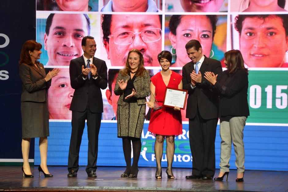 Marcela Fernández Overall, bloguera y colaboradora de Soy502, recibió el reconocimiento Maestro 100 puntos por su labor como docente. (Foto: Wilder López/Soy502)