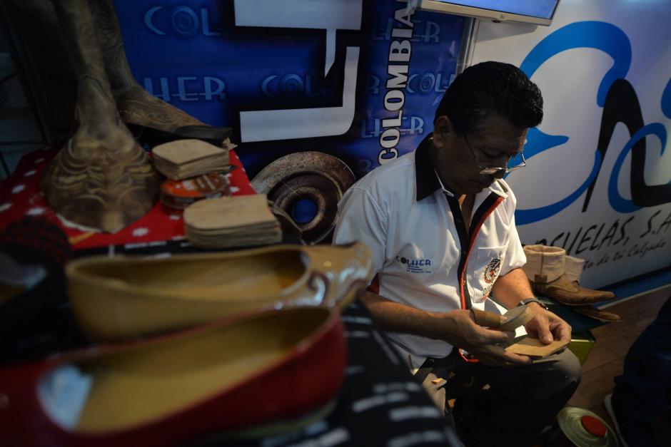 Algunos trabajan en sus stands para demostrar el proceso manual de creación. (Foto: Wilder López/Soy502)