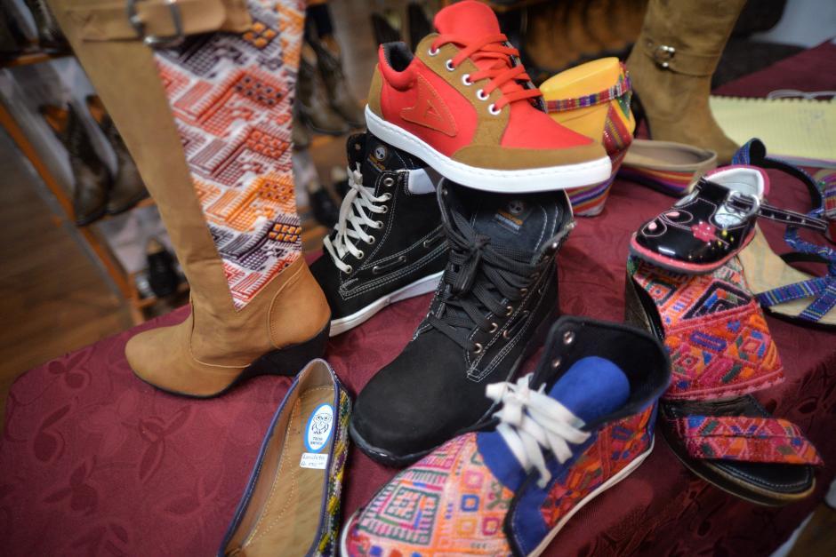 Muchos estilos de zapatos han adoptado detalles de trajes típicos de Guatemala. (Foto: Wilder López/Soy502)