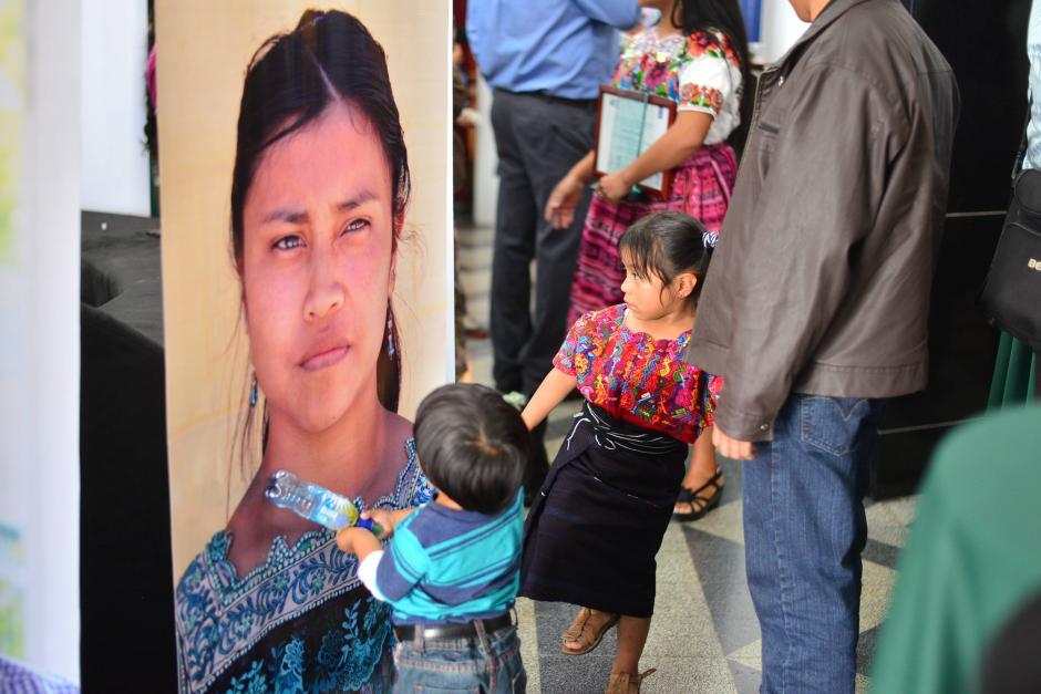 Niños juegan con un afiche de la maestra galardonada Ericka Judith Hernández Casimiro, de Quetzaltenango. (Foto: Wilder López/Soy502)