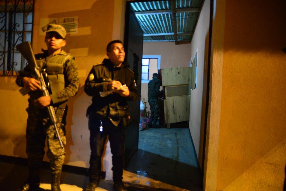 En la madrugada, familias acudieron a retirar sus pertenencias, acompañadas por elementos del Ejército y la PNC. (Foto: Wilder López/Soy502)