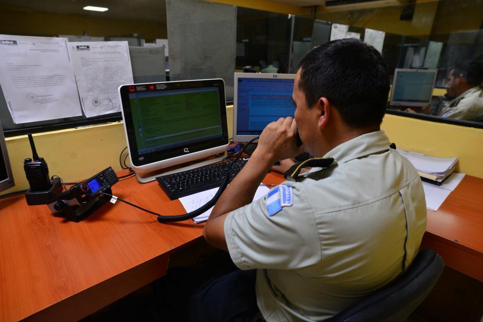 Los operadores del 110 deben atender miles de llamadas que muchas veces resultan ser falsas. (Foto: Wilder López/Soy502)