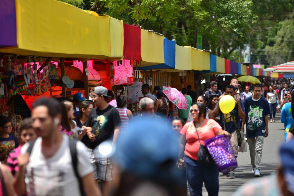 Familias completas asistieron al primer día de la feria de Jocotenango. (Foto: Wilder López/Soy502)