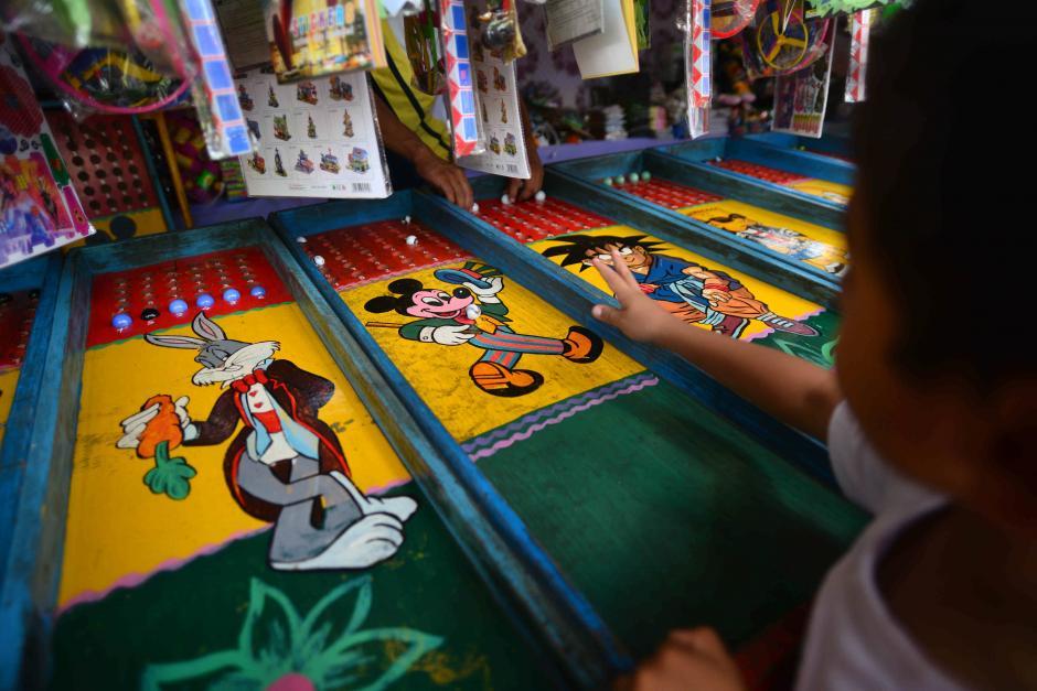 """Jugando a los """"cincos"""" este niño busca ganarse un premio en una de las atracciones de la feria. (Foto: Wilder López/Soy502)"""