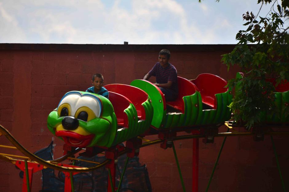El carrousel del gusanito es parte de los juegos mecánicos para niños. (Foto: Wilder López/Soy502)