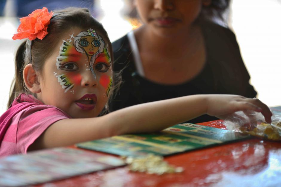 Una niña se divierte jugando la infaltable lotería. (Foto: Wilder López/Soy502)
