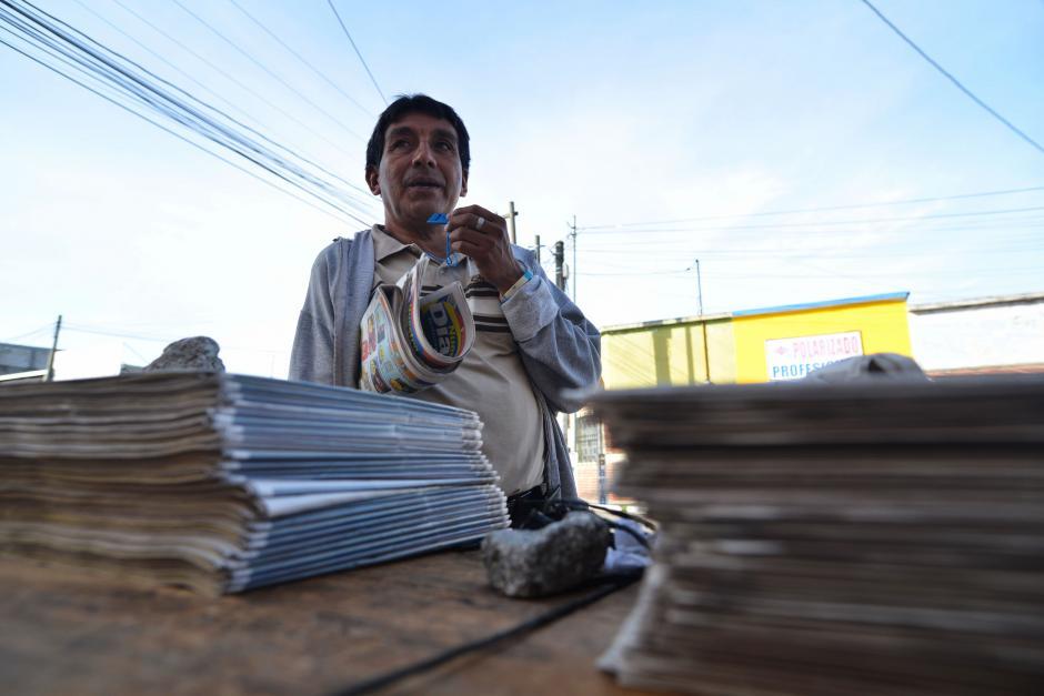 Rolando Rodríguez es el voceador de periódicos que se ubica en la 19 calle y 13 avenida de la zona 12. (Foto: Wilder López/Soy502)