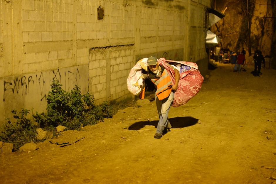 Desde las cuatro de la mañana ingresaron las personas a sus viviendas para retirar pertenencias. (Foto: Wilder López/Soy502)