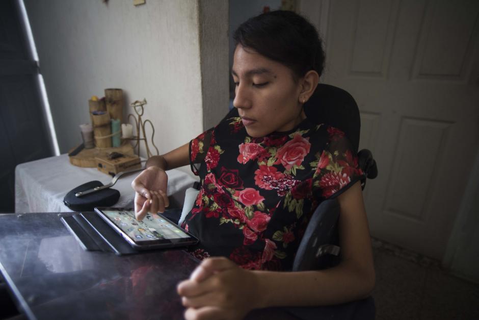Andrea utiliza una tablet para sus estudios y para comunicarse. (Foto: Wilder López/Soy502)