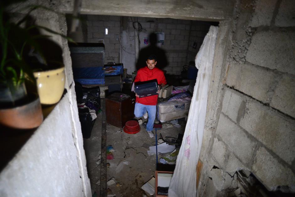 Víctor Ramírez lo más indispensable de la que fuera su casa, dejando todo lo demás atrás. (Foto: Wilder López/Soy502)