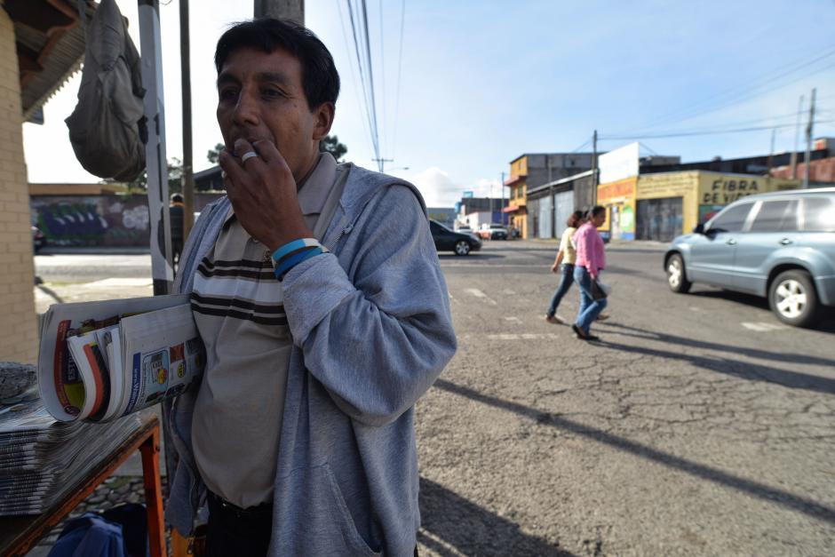 Sus días empiezan a las 3:00 horas porque a las 4:45 llega a su lugar de trabajo para recibir el periódico que vende. (Foto: Wilder López/Soy502)
