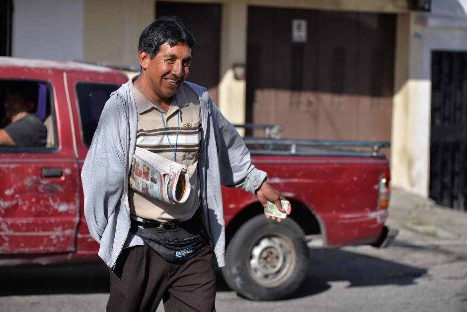 Su sonrisa motiva a cientos de guatemaltecos que pasan a diario por esa dirección. (Foto: Wilder López/Soy502)