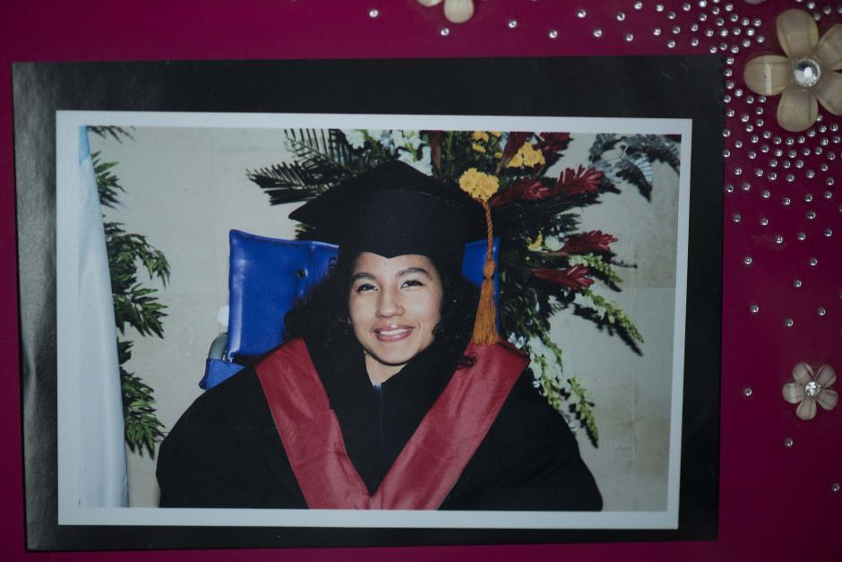 Una fotografía del día de su graduación de educación media. (Foto: Wilder López/Soy502)