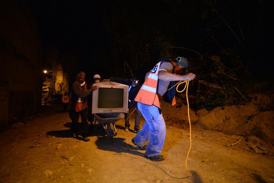 Con ayuda de familiares y amigos los afectados lograron sacar lo poco que les queda. (Foto: Wilder López/Soy502)