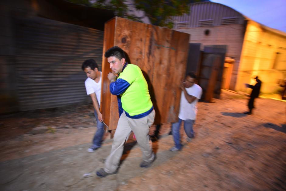 Todos apresuraron la marcha ya que contaban con poco tiempo para sacar pertenencias. (Foto: Wilder López/Soy502)