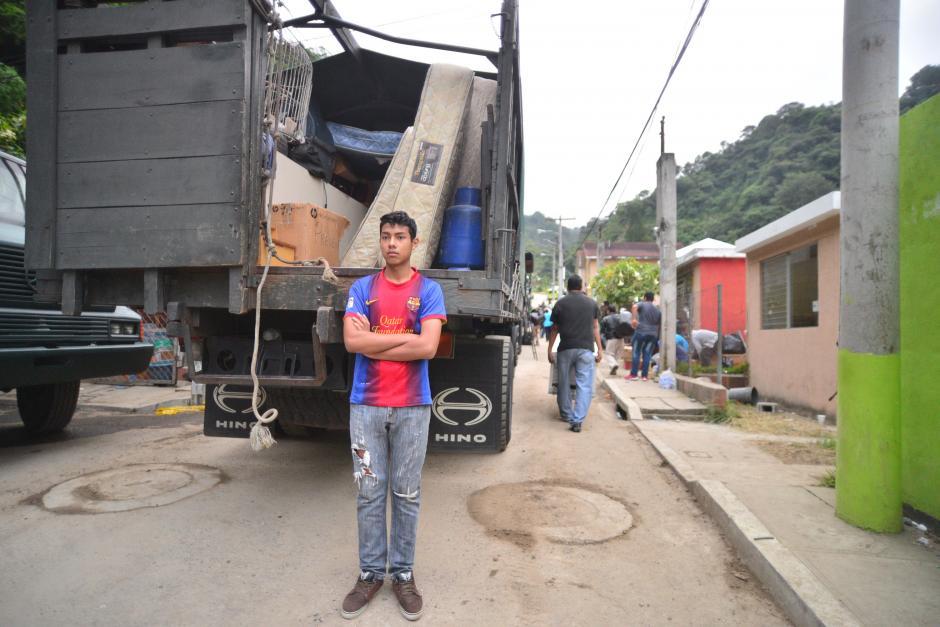 A todos les cuesta creer que dejarán su casa para siempre, este joven observa quizá por última vez el Cambray II. (Foto: Wilder López/Soy502)