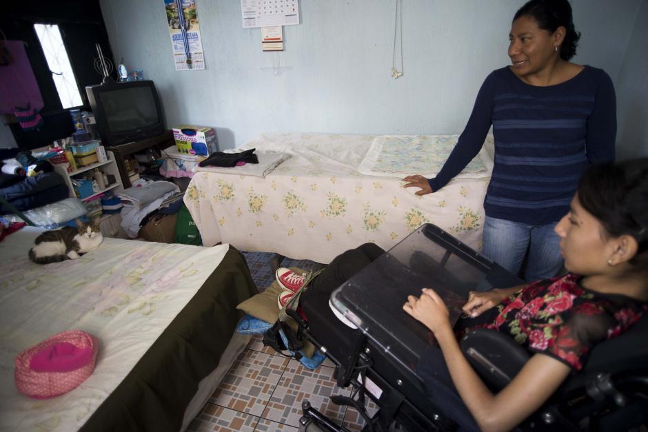 """Andrea adora a las mascotas, en la cama """"Manchas"""" trata de tomar una siesta. (Foto: Wilder López/Soy502)"""