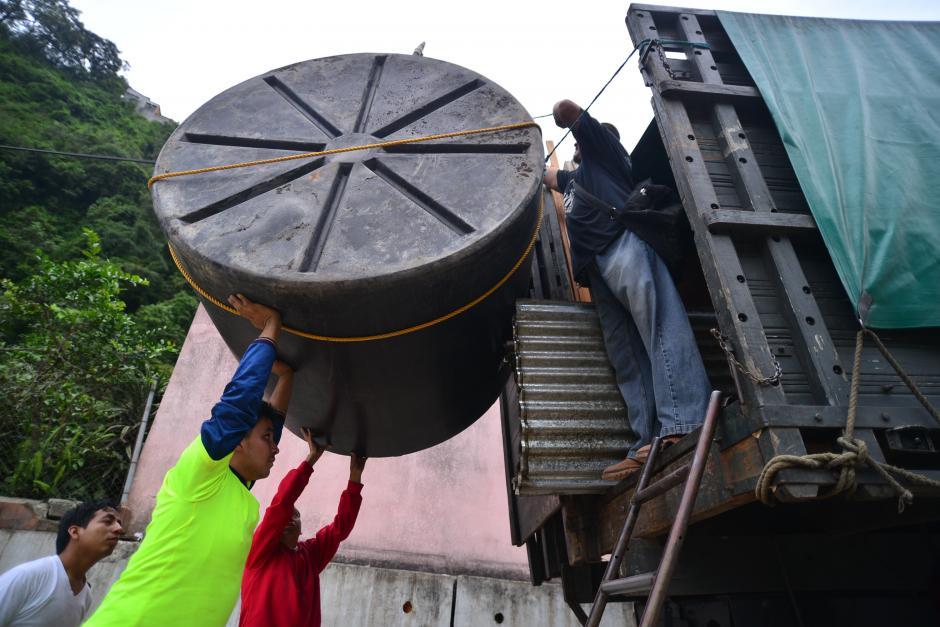 Desde lo más pequeño hasta los grandes tanques de agua fueron retirados de algunas viviendas. (Foto: Wilder López/Soy502)