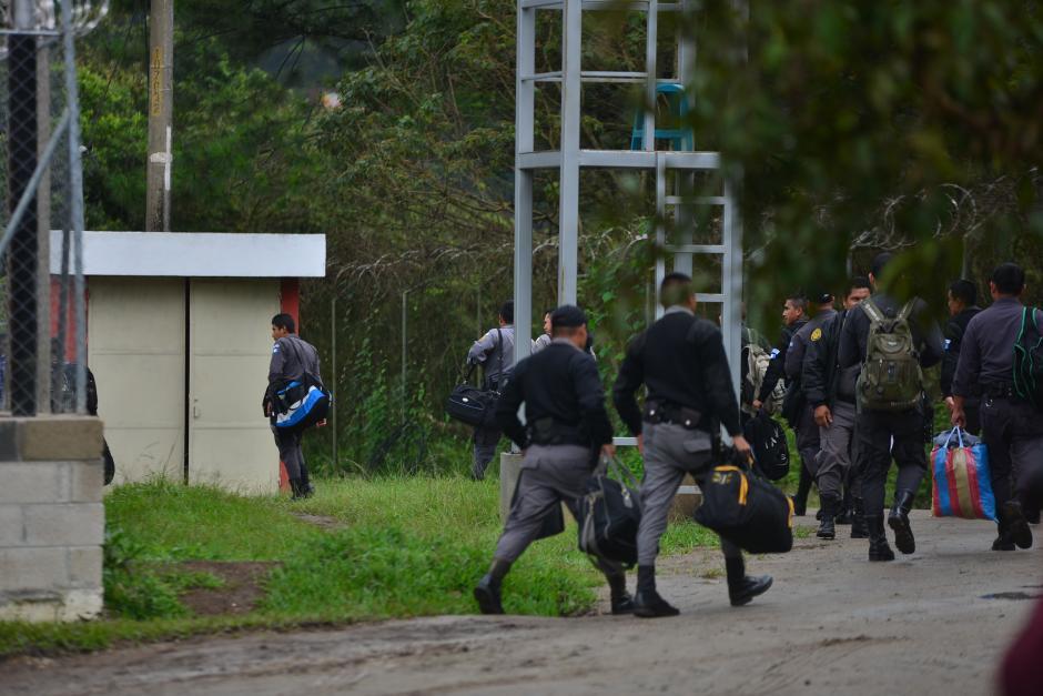 Agentes del Sistema Penitenciario arriban al centro carcelario para el cambio de guardia. (Foto: Wilder López/Soy502)
