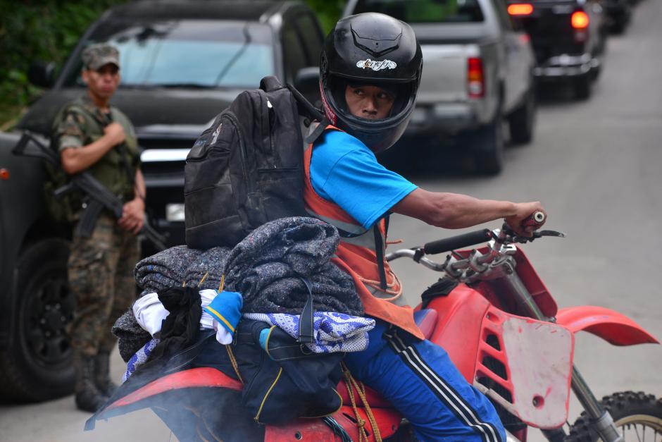Un último vistazo de despedida da este motorista, luego de sacar lo que pudo de su vivienda. (Foto: Wilder López/Soy502)