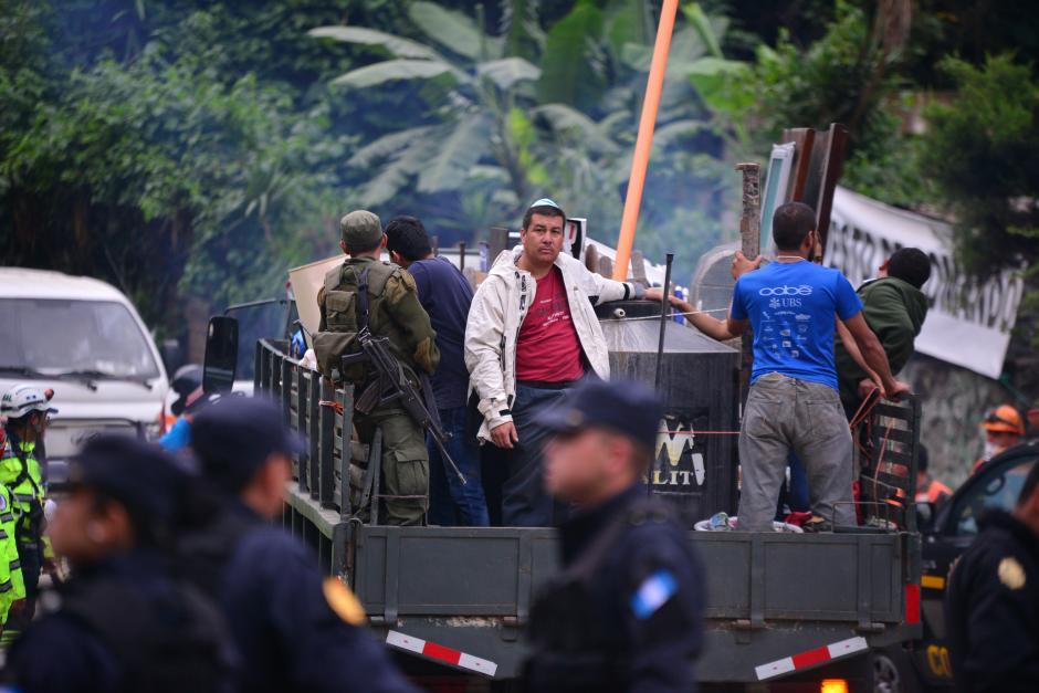 El plazo para sacar sus pertenencias terminó a las 7 de la mañana, con sus pertenencias sobre camiones del Ejército dijeron adiós a El Cambray II. (Foto: Wilder López/Soy502)