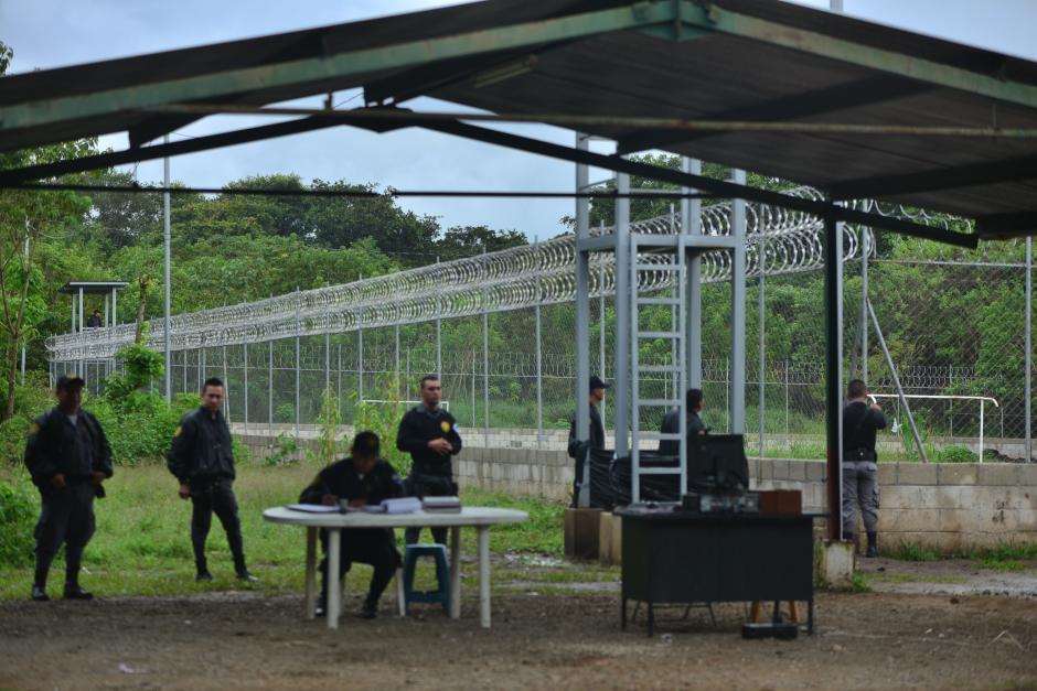 El perímetro está resguardado por malla y alambre de púas, que es constantemente vigilado por agentes del Sistema Penitenciario. (Foto: Wilder López/Soy502)