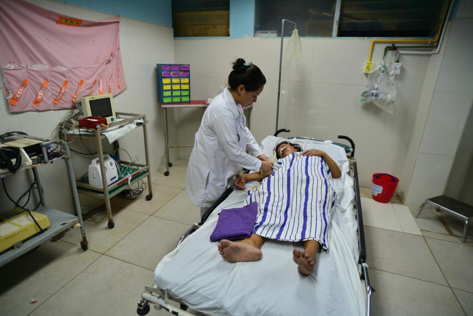 La escasez de insumos médicos ha hecho que personal del hospital se las ingenie para atender a los pacientes. (Foto: Wilder López/Soy502)
