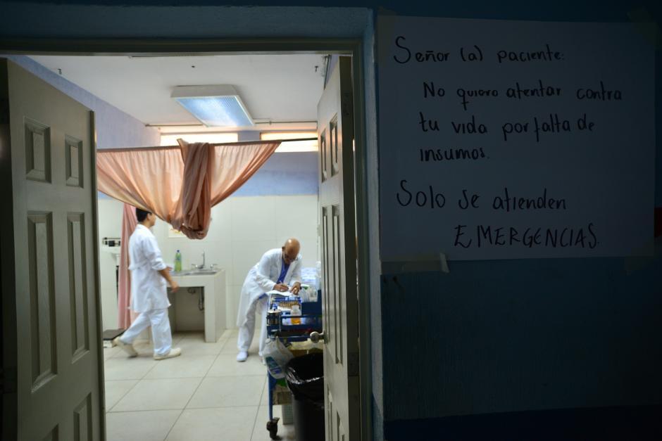 En todo el hospital se pueden observar carteles en donde se le hace saber a la población que solo se atienden emergencias. (Foto: Wilder López/Soy502