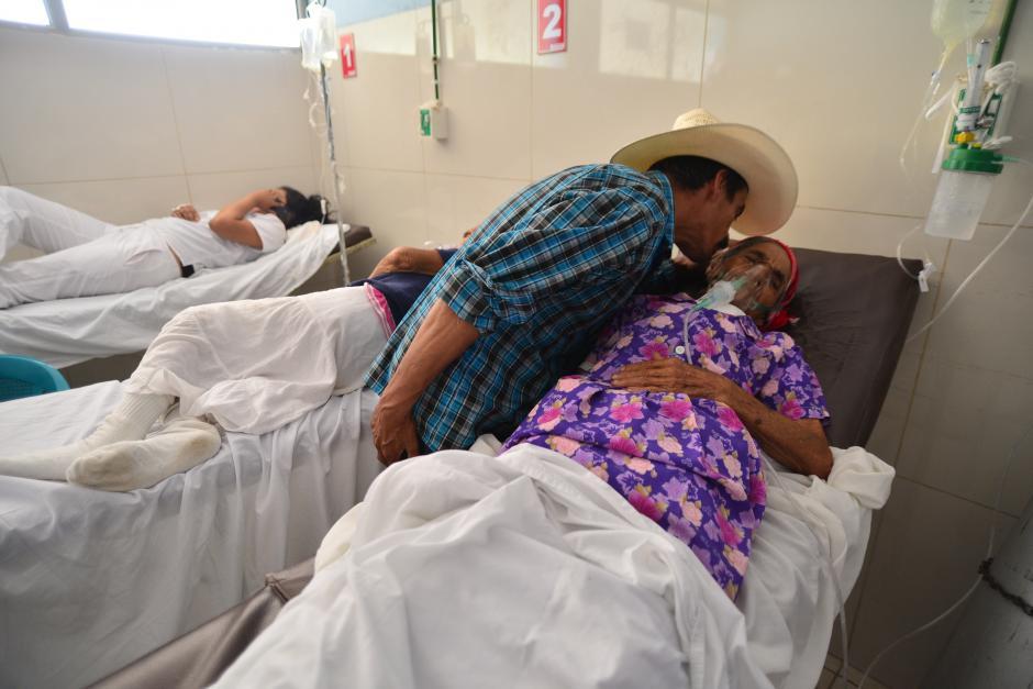 Este señor se despide de su familiar luego de ser notificado por personal médico que tiene que comprar medicamentos para que se le pueda atender. (Foto: Wilder López/Soy502)