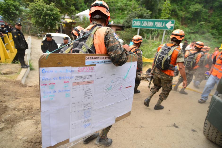 Después de tres horas, las personas salieron con sus pertenencias y empezó la llegada de los equipos de rescate para continuar con las labores. (Foto: Wilder López/Soy502)
