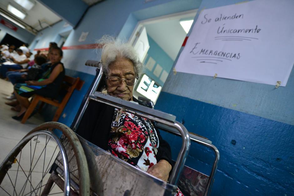 María García, de 97 años, sufrió una caída y espera su turno en el Hospital Regional de Cuilapa para poder ser atendida en la Unidad de Traumatología. (Foto: Wilder López/Soy502)