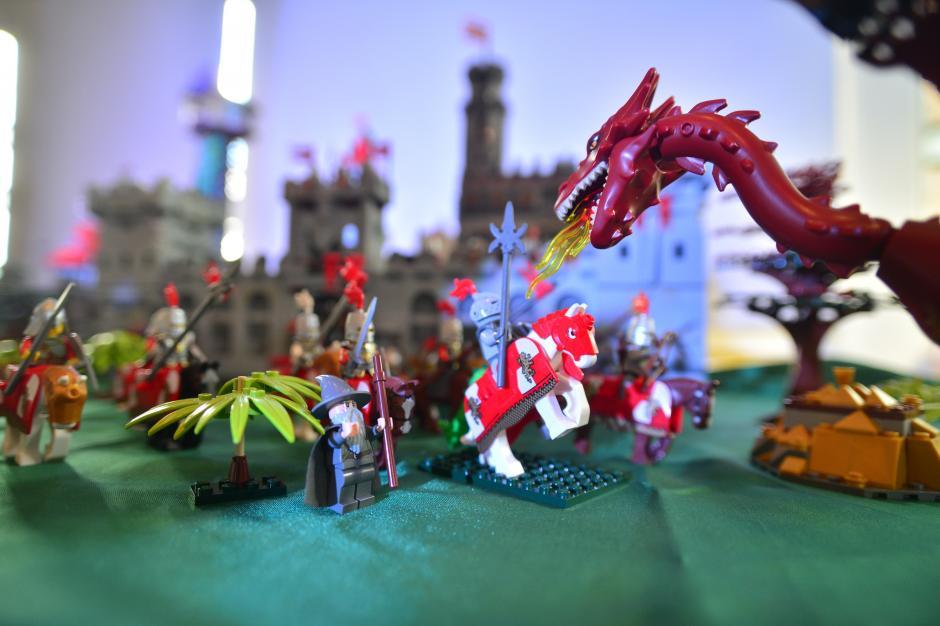 Todo es posible con LEGO, los aficionados recrearon una pelea entre caballeros y un dragón en tiempos medievales. (Foto: Wilder López/Soy502)