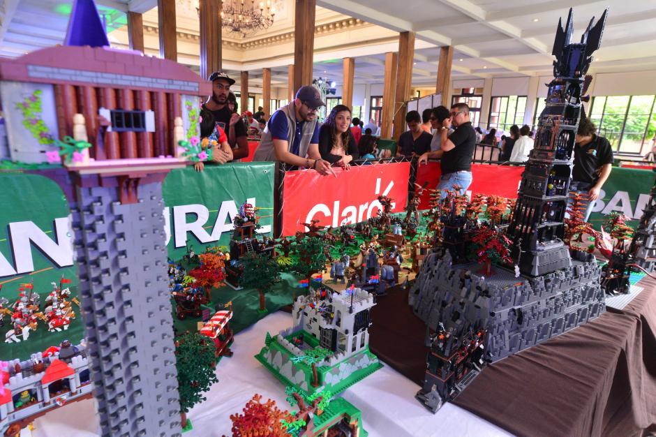 Grupos de 3 y 4 personas trabajaron para montar las piezas y así ser expuestas para el público. (Foto: Wilder López/Soy502)