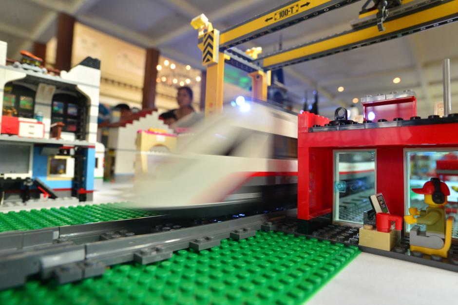 Un tren bala pasa por la estación de control cerca de la ciudad LEGO. (Foto: Wilder López/Soy502)