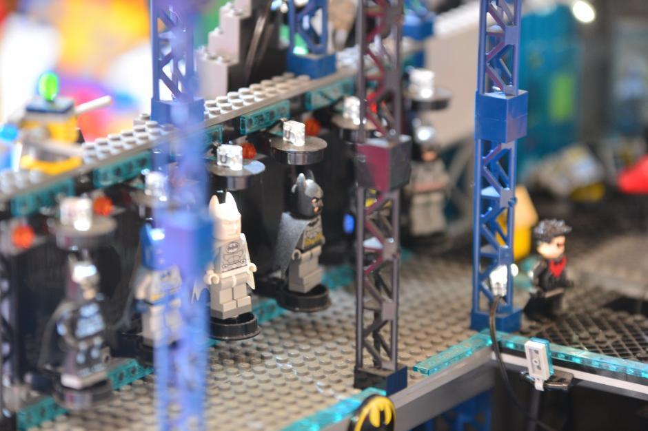 En la baticueva se exhiben los distintos trajes en miniatura de Batman. (Foto: Wilder López/Soy502)