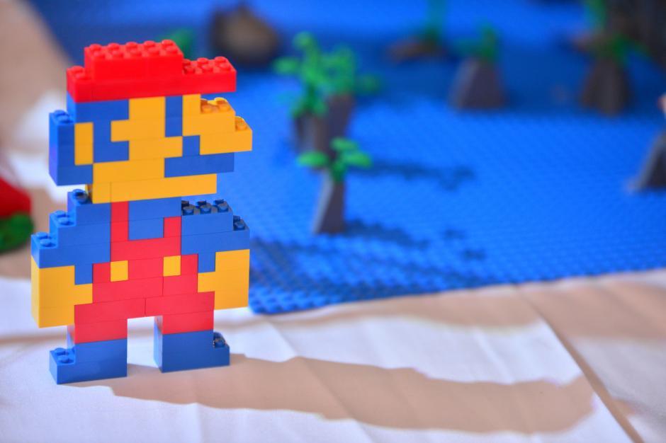 Una figurilla del original Mario del videojuego es exhibida en la colección. (Foto: Wilder López/Soy502)