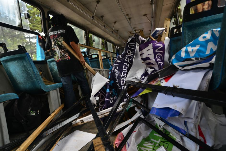 Los autobuses que los acompañaban iban recopilando los carteles retirados.(Foto: Wilder López/Soy502)