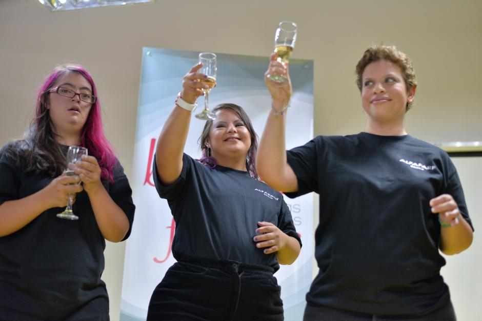 Luego de la entrega de diplomas, las estudiantes celebraron con un pequeño brindis. (Foto: Wilder López/Soy502)