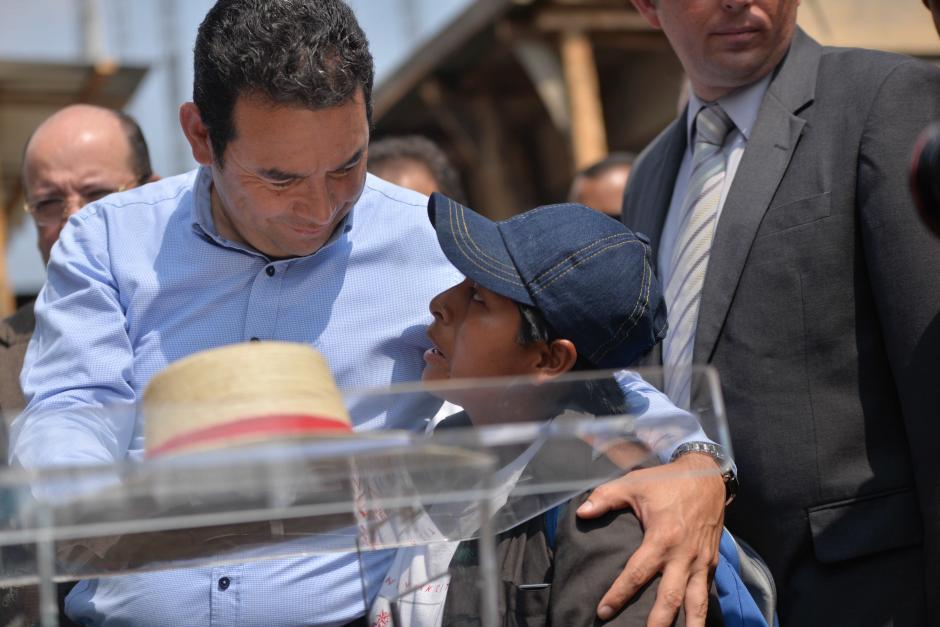 El presidente Jimmy Morales escuchó la petición de Elfida Crisóstomo. (Foto: Wilder López/Soy502)