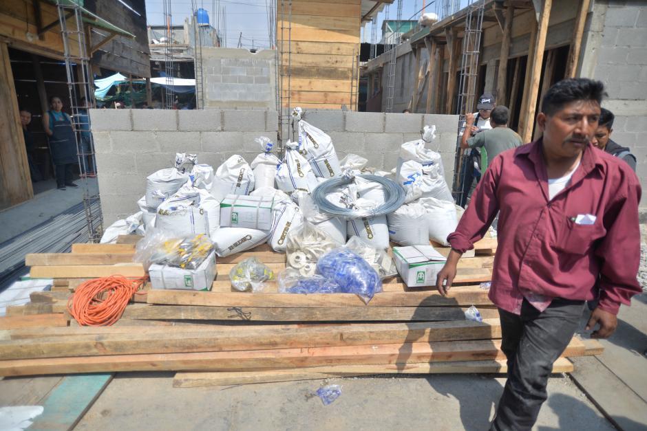 El Gobierno hizo entrega de insumos para la reconstrucción de los locales. (Foto: Wilder López/Soy502)