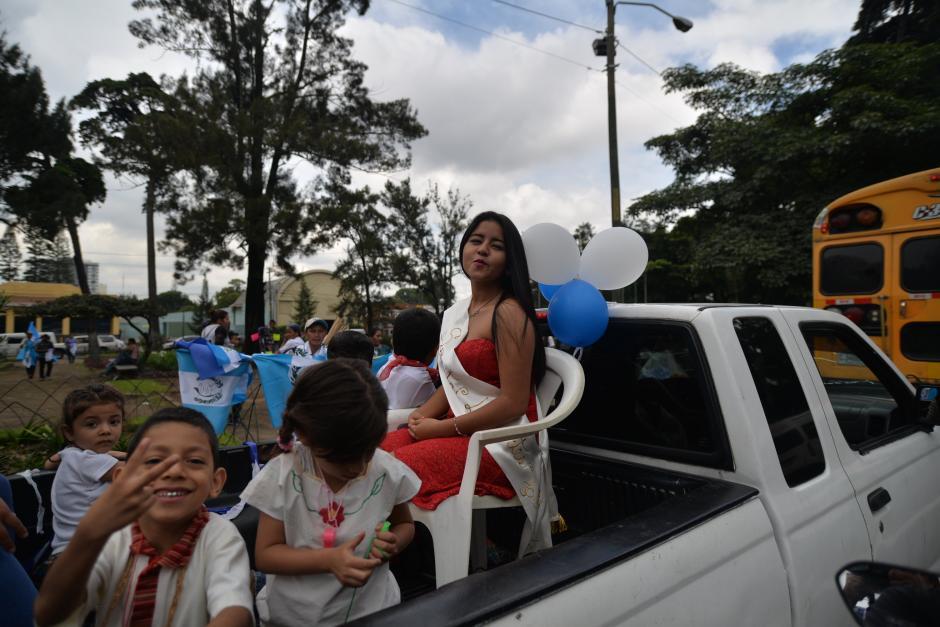 Las Señoritas Independencia acompañan a los estudiantes que van sobre la cinta asfáltica. (Foto: Wilder López/Soy502)